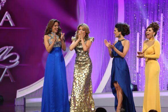 Las chicas felicitaron a Josephine. Las dos que quedaban en la cuerda fl...