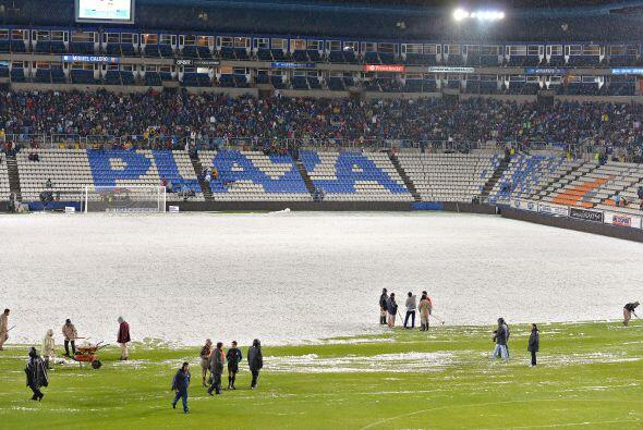 La cancha del Estadio Hidalgo se llenó de granizo previo al Pachu...