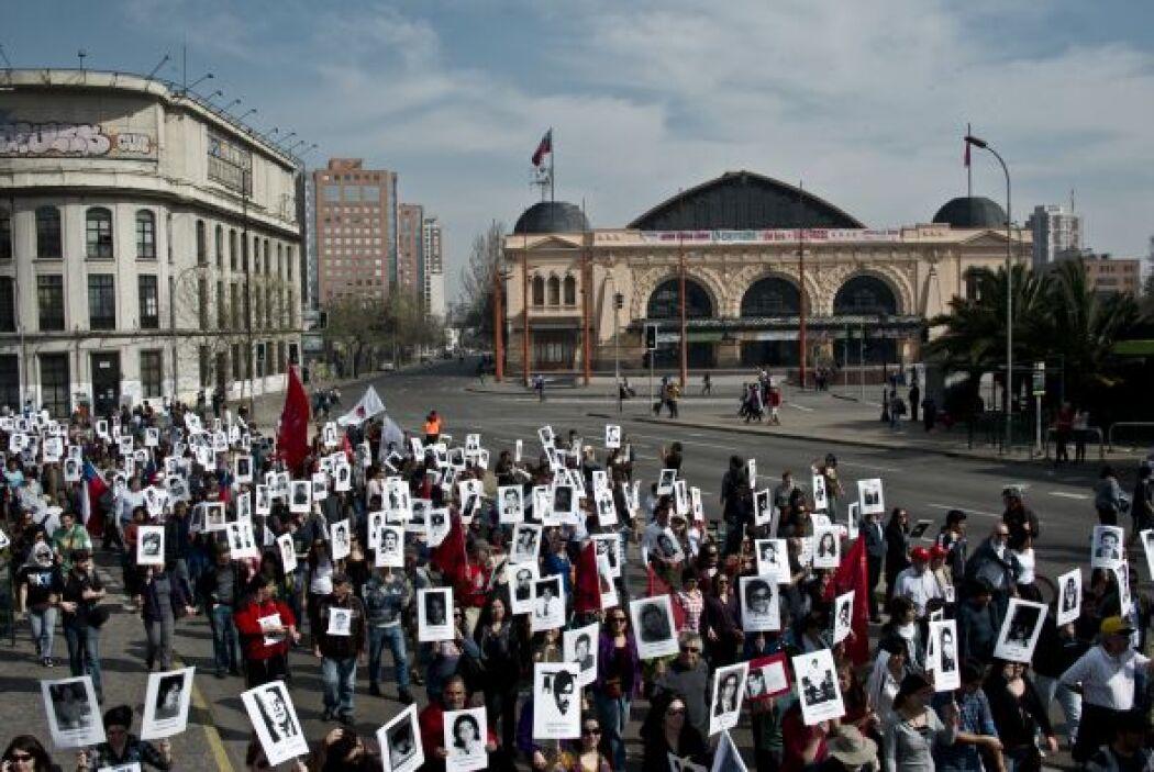 Decenas de miles de chilenos se manifestaron este domingo en las princip...