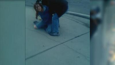 Patrulla froteriza se lleva a una mujer frente a su familia