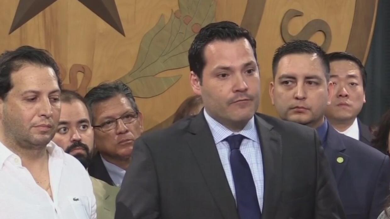 Legislador demócrata de Texas acusa a su colega republicano de amenazar...