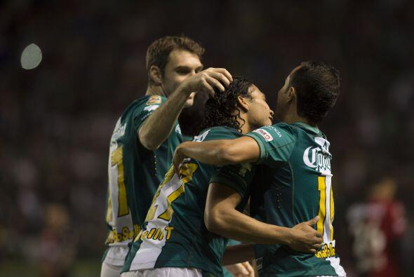 En el segundo tiempo, Luis Montes colgó una pelota en el á...