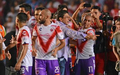 Fidel Kuri celebró con los jugadores en el campo de Veracruz.