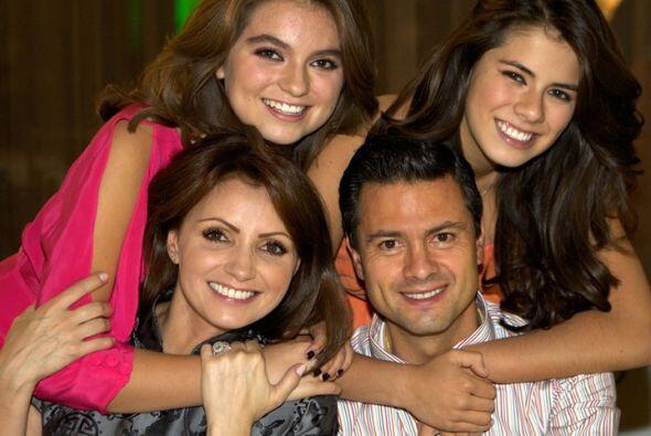 El gobernador del Estado de México, Enrique Peña Nieto, colocó nuevas fo...