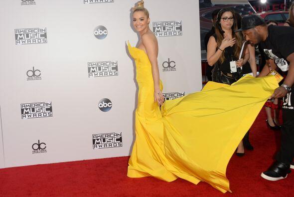 Rita Ora llegó con cola a la alfombra.