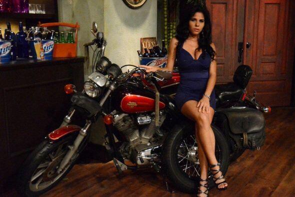 Posar junto a la motocicleta de los perros enciende a las cachorritas, &...