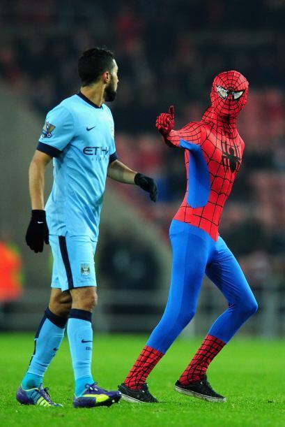 Un aficionado disfrazado del superhéroe saltó al terreno de juego del Es...
