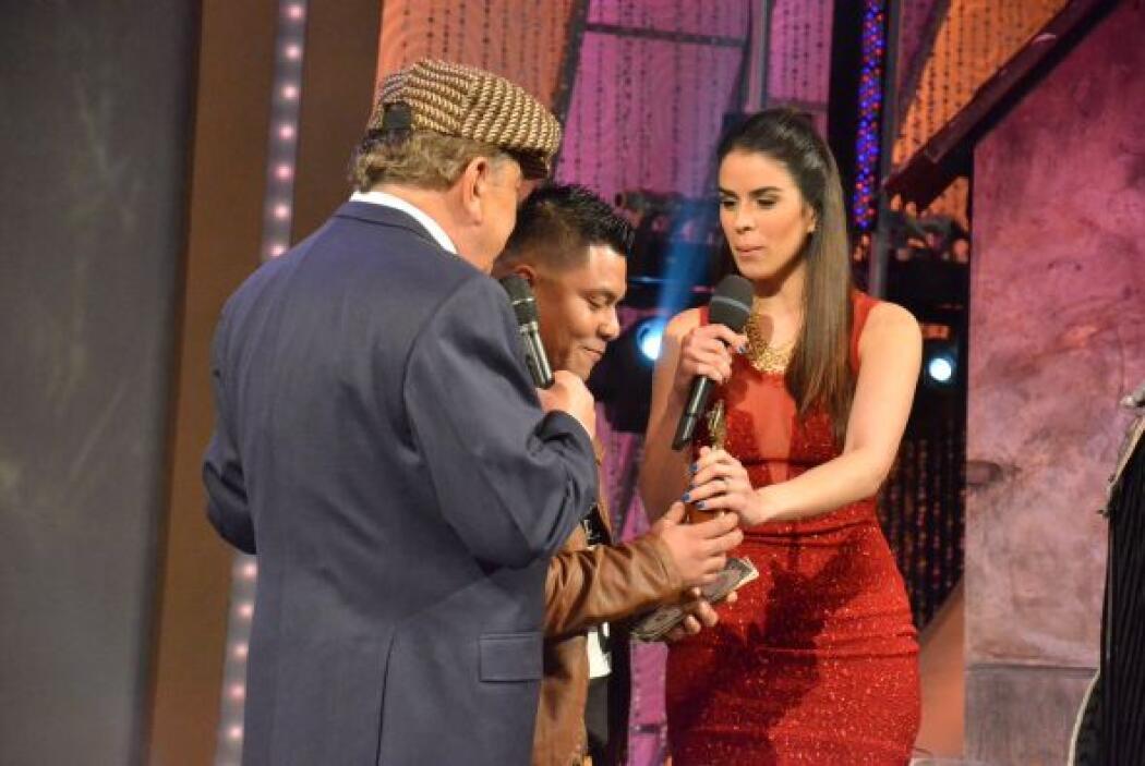 Vanessa y Mario felicitan y entregan los premios a Augusto, que no puede...