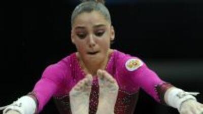 La rusa Aliya Mustafina en las barras asimétricas.