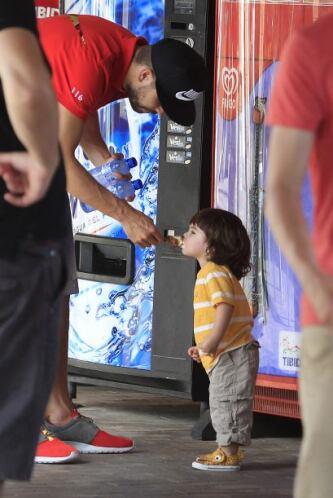 ¡Hermoso! Le dio de su paleta de hielo.
