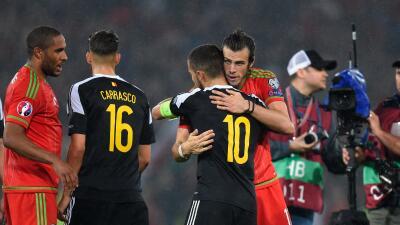 Bale y Hazard se saludan en el choque Gales-Bélgica