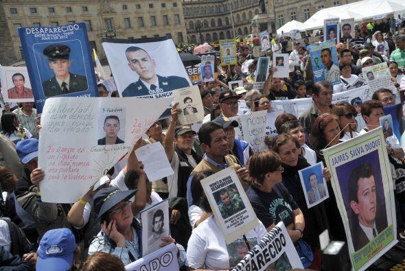Decenas de familiares de víctimas del conflicto interno de Colomb...