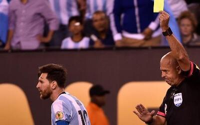 Messi cayó en el área y recibió tarjeta amarilla