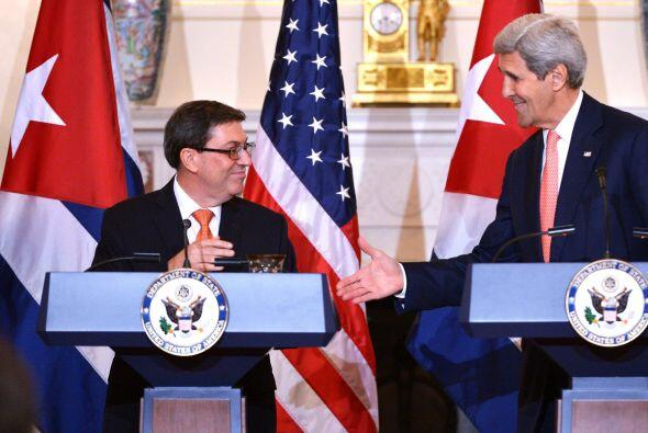 El secretario de Estado Kerry y el canciller cubano Bruno Rodríguez ofre...