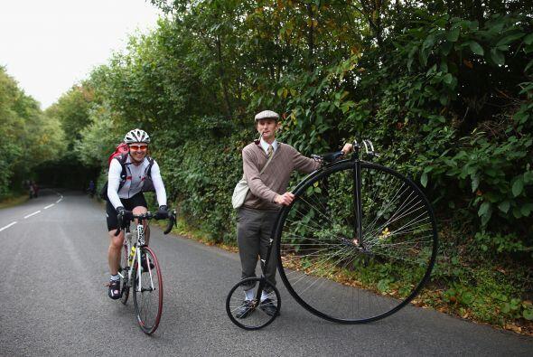 David Preece, montado en su bicicleta cuarto de penique, durante la sext...