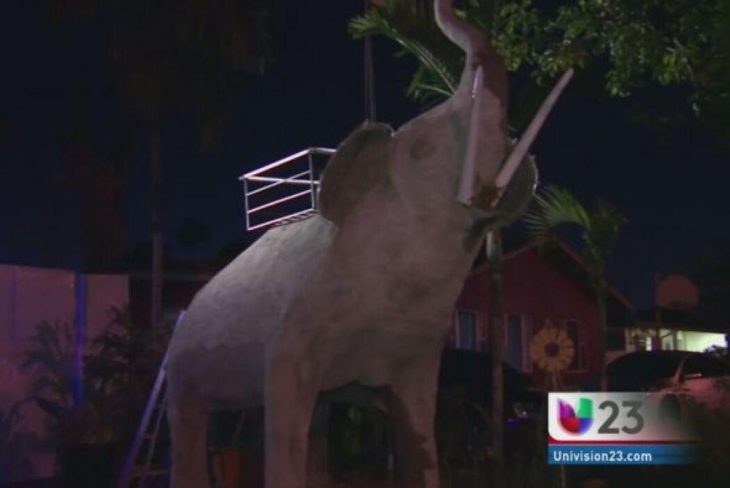 EL ELEFANTE DE LA DISCORDIA.  Reynol Fernández creo la escultura de un e...