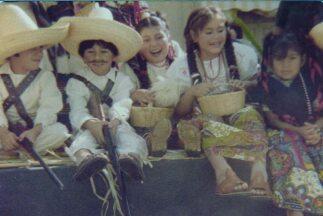 Alejandro Mendoza (el niño con el bigote pintado) de siete años de edad...