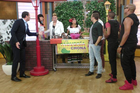 Como siempre, Doña Chona tenía preparados unos tacos muy especiales con...