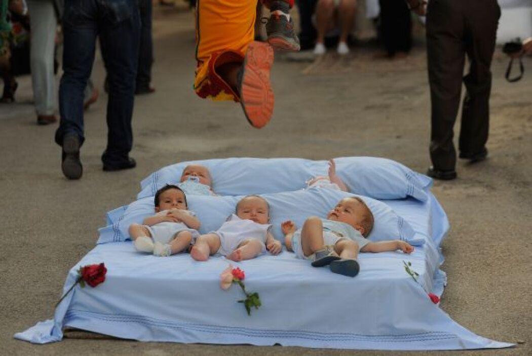El festival del Salto sobre Bebés es una práctica tradicional española l...