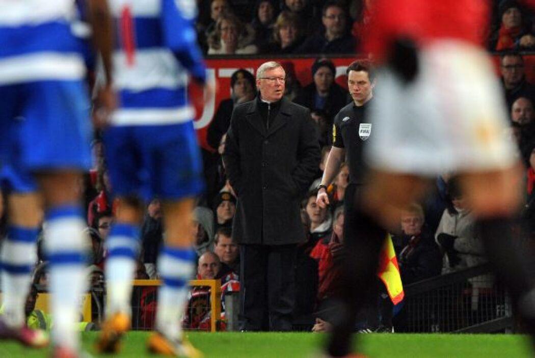 Sir Alex Ferguson ya se veía preocupado en la zona técnica.