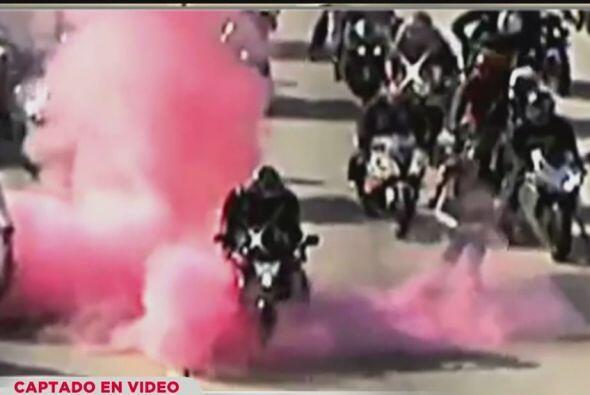 """3. MOTOCICLISTAS CIERRAN AUTOPISTA 10 POR PROPOSICI""""N DE MATRIMONIO..."""
