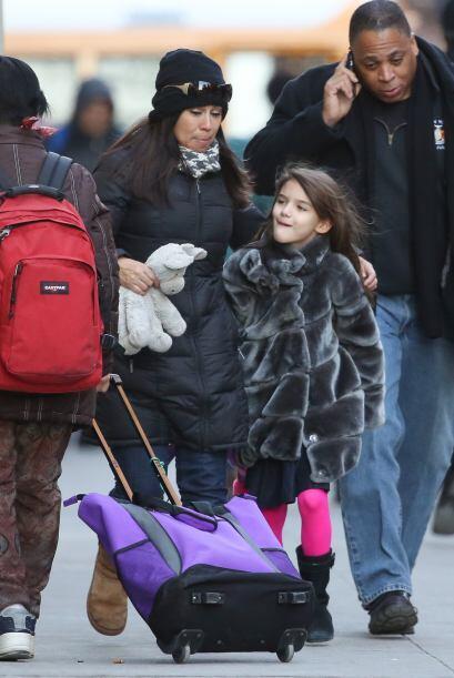 Cuando Katie no está con su pequeña, Suri es acompañada en todo momento...