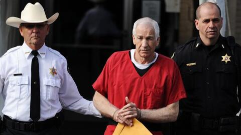 Jerry Sandusky, el ex entrenador de Penn State, fue sentenciado a servir...