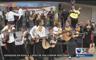 Estudiantes se enorgullecen de sus raíces con el mariachi y la danza