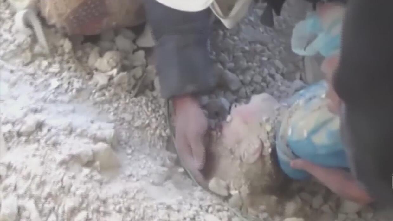 El llanto de una bebé sepultada bajo los escombros en Siria sirvió de gu...