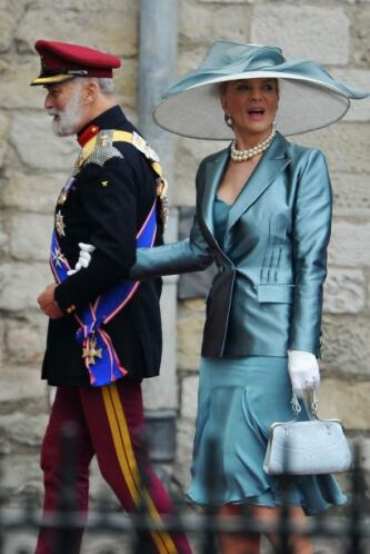 La princesa Michael de Kent usó un sombrero gris con moño azul en tamaño...