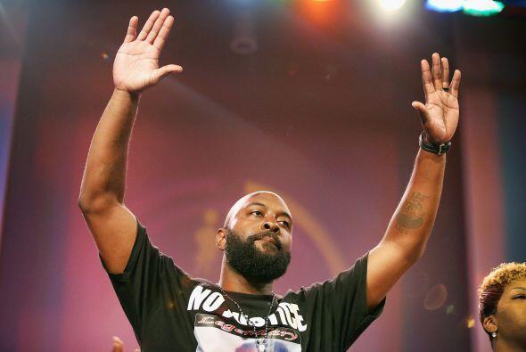 El padre de Michael Brown con las manos en alto, en señal de rend...