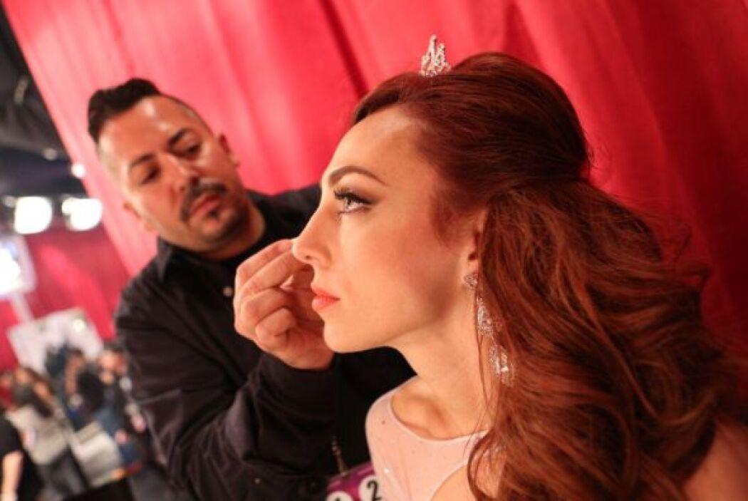 Un buen maquillaje y peinado son indispensables para que las chicas resa...