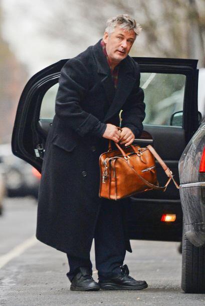 ¡Un famoso que lució tremendamente a la moda fue Alec Baldwin! Gabardina...