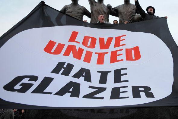Los hinchas del 'Man-U' protestaron contra la familia Glazer, propietari...