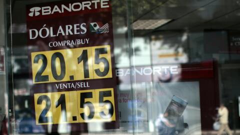 Un banco muestra el precio de la divisa mexicana frente al dólar.