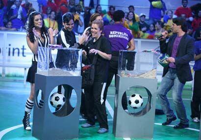 Anabella y la concursante cubana veían con temor la urna con gusa...