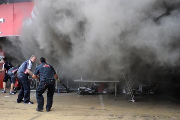 Y es que el humo pronto se esparció por todo el circuito.
