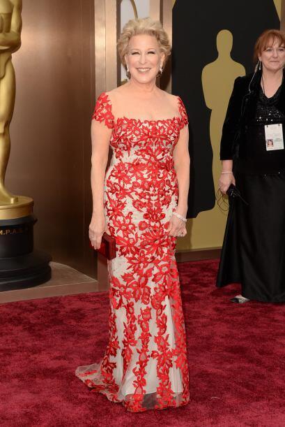 Bette Midler eligió un vestido tan entallado, con el cual no pod&...
