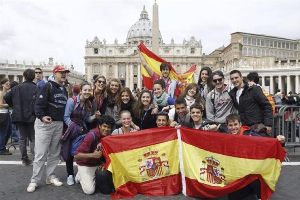 Un grupo de turistas españoles mostró su algarabía en medio de los actos...