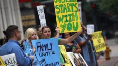 Un grupo de activistas por los derechos de los inmigrantes protesta fren...