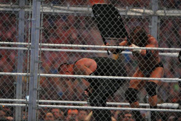 Triple H hizo de una silla su mejor aliado. Con ella golpeó sin p...