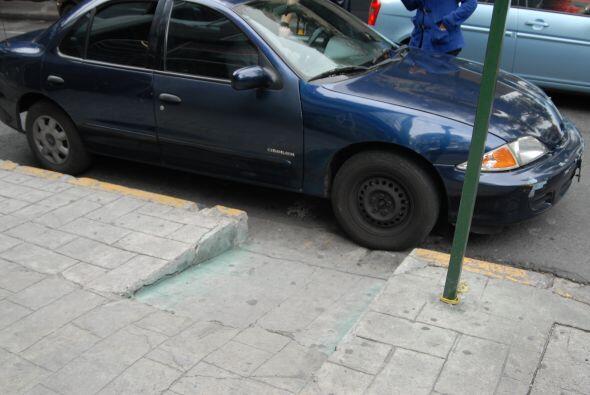 Las rampas para personas con discapacidad son invadidas sin consideració...