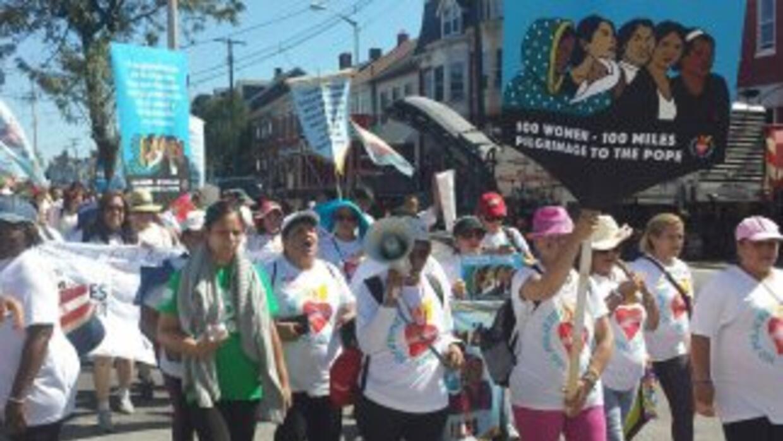 """""""Cien mujeres, 100 millas"""" es el slogan de la caminata de inmigrantes qu..."""
