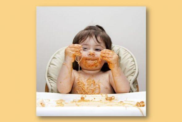 En vez de ayudar a tu pequeño a que coma para que no se ensucie, déjalo...