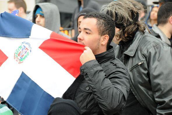 Los dominicanos también sacaron sus banderas cuando salió Alberto Del Rí...