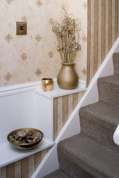 Empapelada. ¿Quieres darle un giro romántico a tu clásica escalera? Colo...