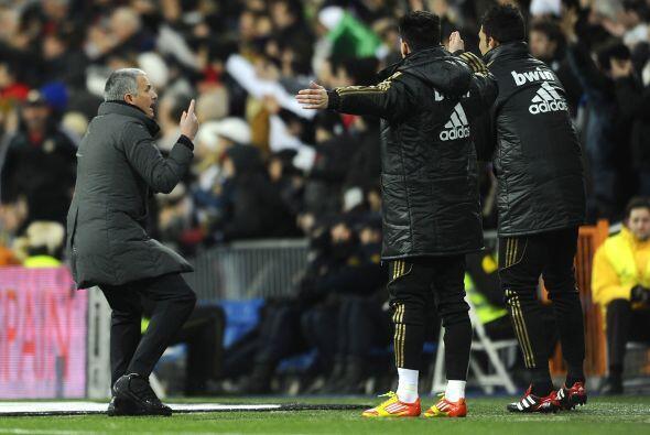 Pero no eran los únicos, Mourinho saltó y gritó de...