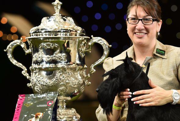 Rebecca está muy orgullosa del cachorro.
