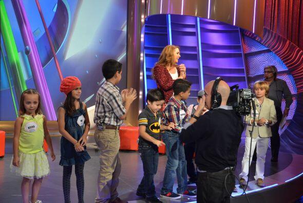 Vaya que los niños hicieron sudar a Lucero con sus preguntas.