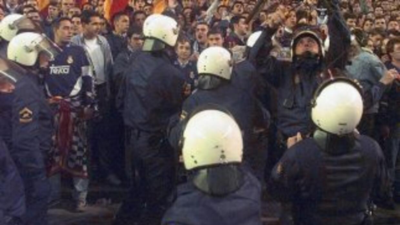 La violencia se instaló en el club español Racing de Santander cuando un...